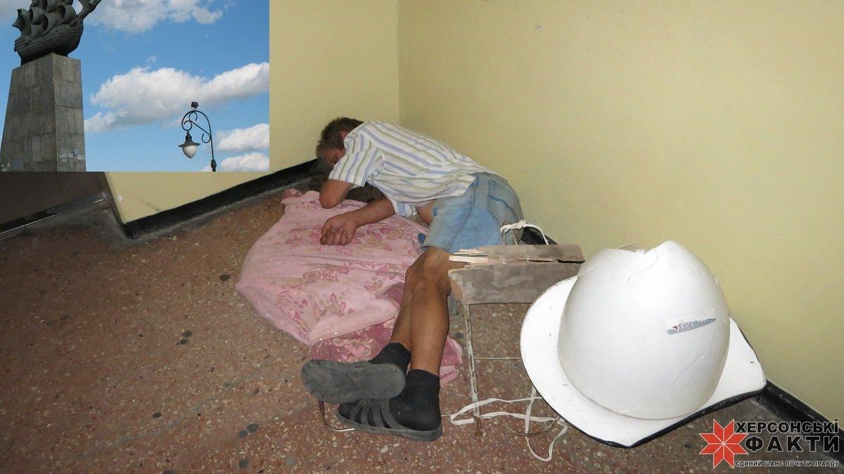 Пьяная на ковре 11 фотография