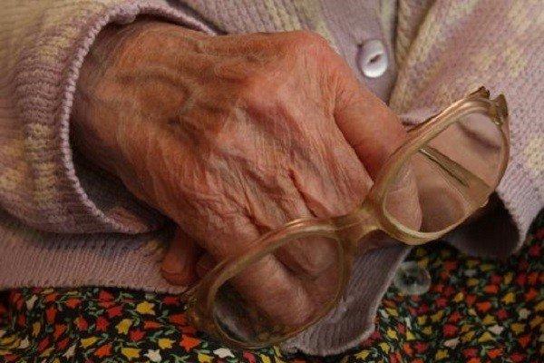 На пожилую курянку с ножом напал односельчанин и забрал пенсию