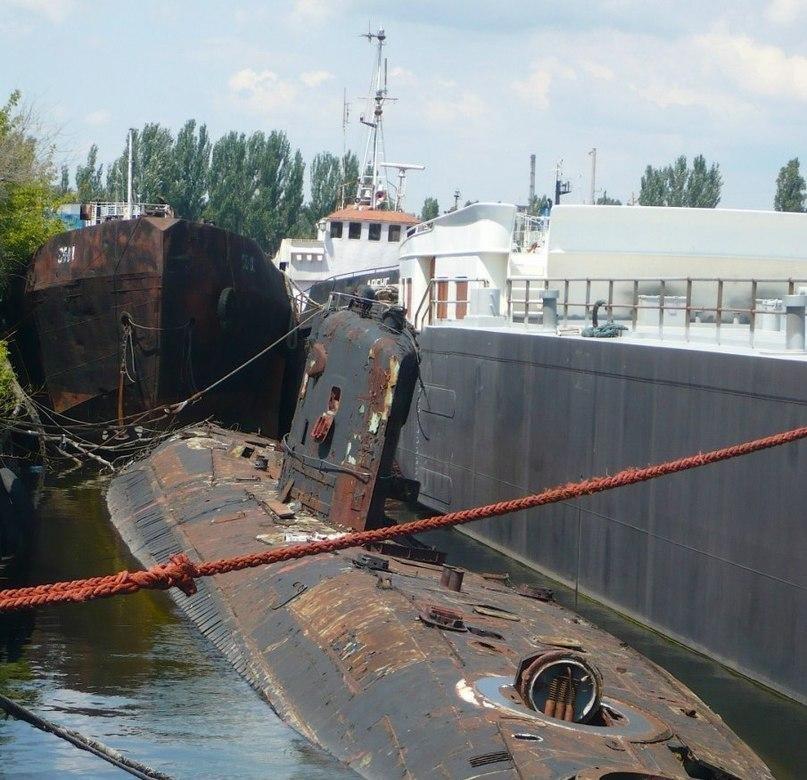 подводная лодка в реке