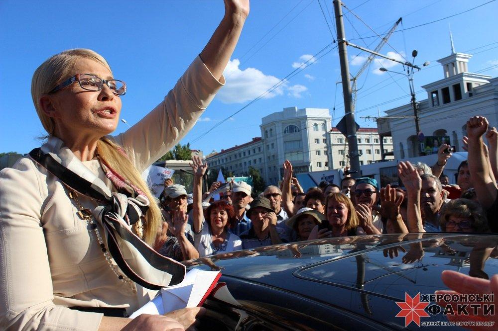 Тимошенко выступила перед пенсионерами втуфлях иззмеиной кожи