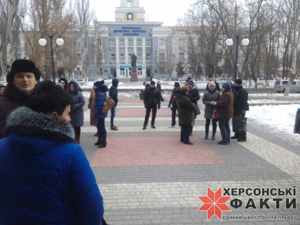 Митингующие возле здания Херсонской мэрии требуют, чтобы к ним вышел Козаков (видео)