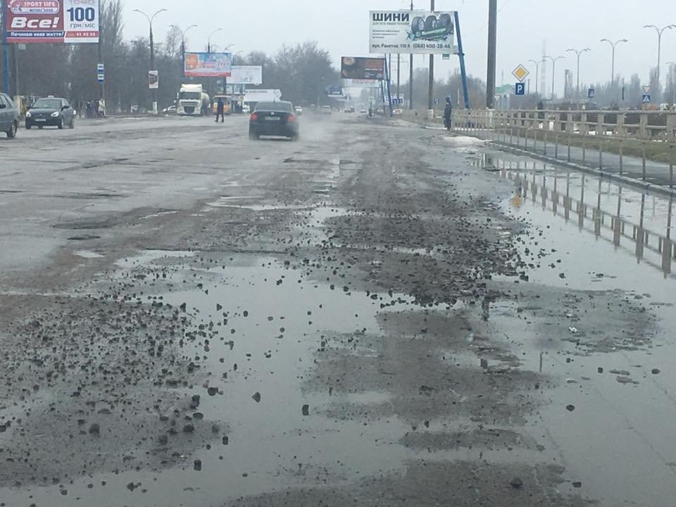 В Херсоне снег и лед сходят вместе с кусками дороги