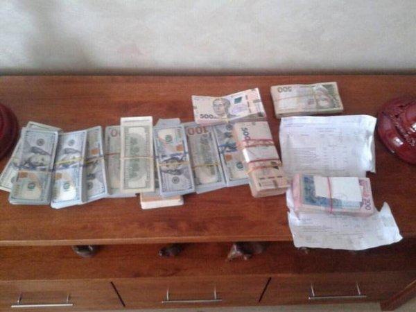 Появились подробности задержания херсонского чиновника с крупной суммой валюты