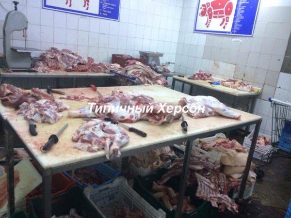 В магазинах Херсона покупателям продают мясо с пола