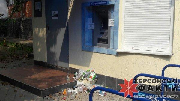 Фотофакт. Помойки возле банкоматов: на Херсонщине люди практикуют новый вид протеста