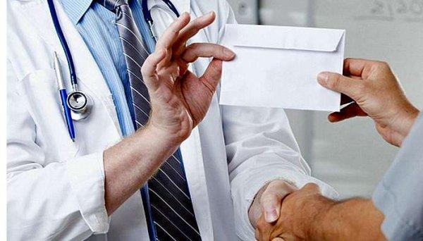 Суд оправдал врача из Олешек, который получил взятку
