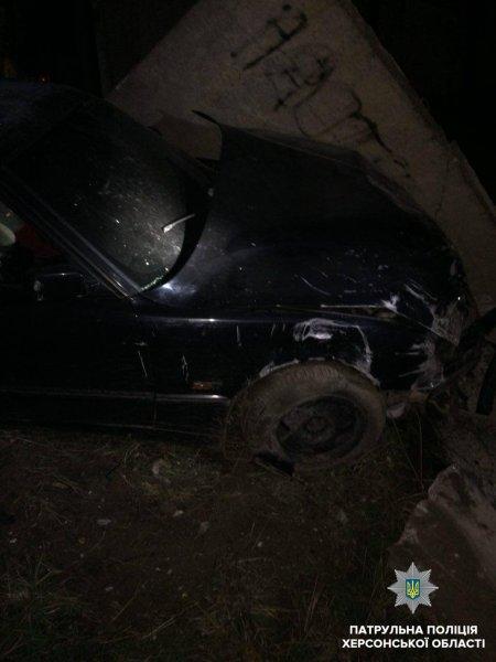 У Херсоні водій BMW напідпитку пробив бетонну стіну