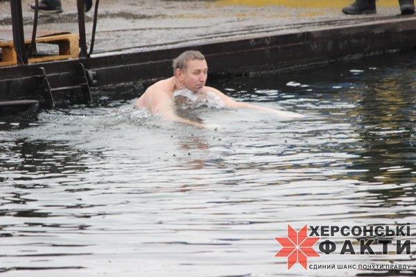 Херсонцы принимают участие в крещенских купаниях