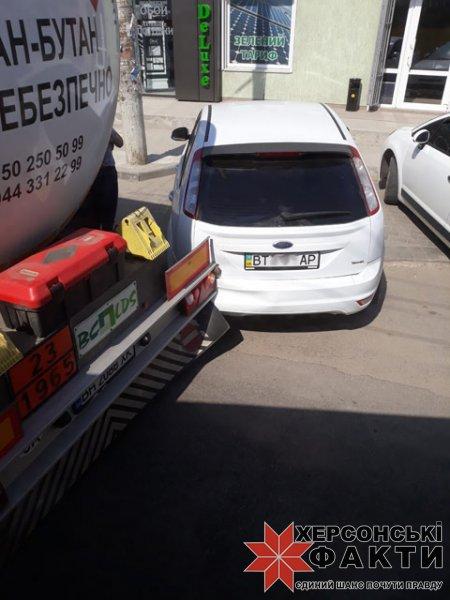 Опасное ДТП в Херсоне: газовоз столкнулся с малолитражкой