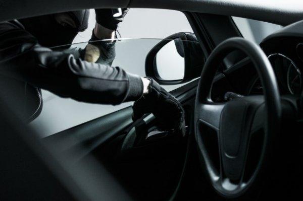 """В Херсоне может получить наказание серийный автомобильный вор: он """"вскрывал"""" недорогие машины в дневное время"""