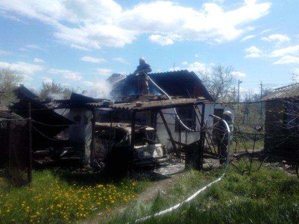 У Херсонській області вогнеборці ліквідували пожежу літньої кухні та машини