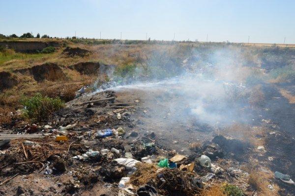 В селе на Херсонщине уже который день дымит стихийная свалка