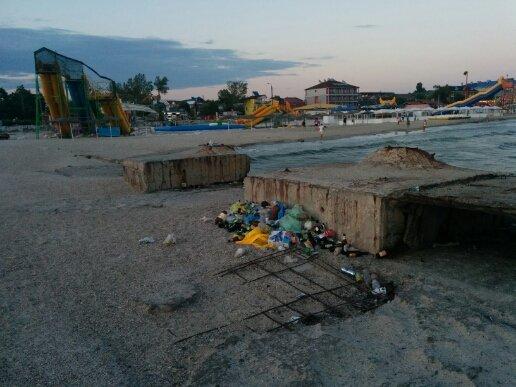 В Железном Порту мусор со стихийной свалки попадает в море