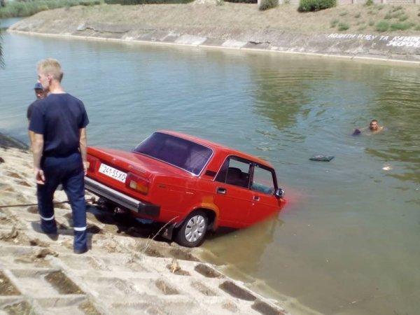 На Херсонщині рятувальники дістали автомобіль з Північно-Кримського каналу