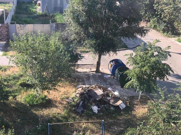 Херсонцы складируют строительный мусор где попало