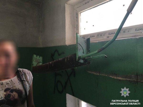 Патрульні затримали херсонців, які намагались викрасти батарею з під'їзду