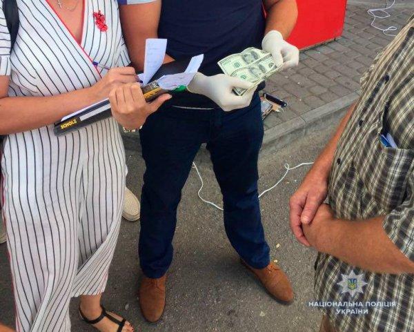 Пойманного на взятке херсонского коммунальщика отстранили от должности