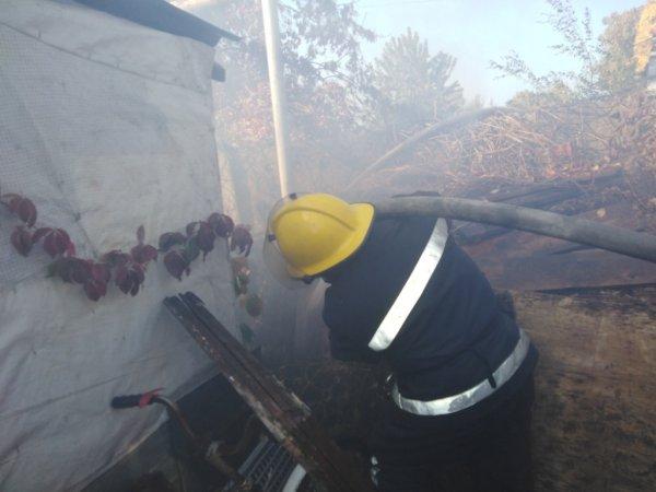 Каховські рятувальники ліквідували пожежу, в якій від сміття загорівся паркан і домашні речі