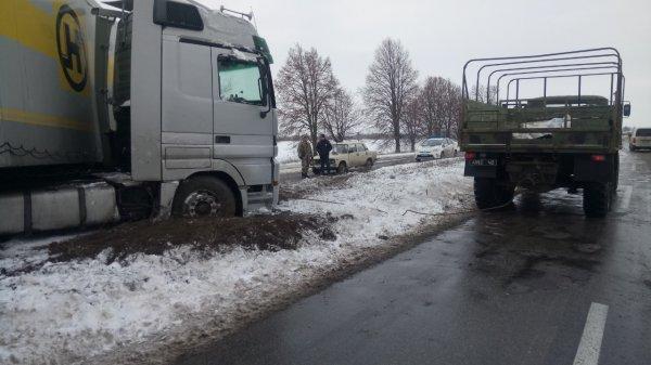 Минулої доби рятувальники надали допомогу водіям 3-х вантажних автомобілів