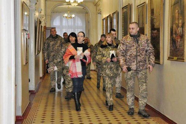 Бригада армійської авіації відвідала виставку художнього музею