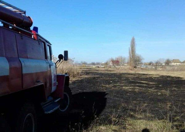 В Олешківському районі горіла суха трава та очерет