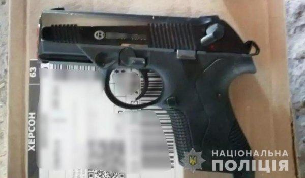 У жителя Дніпровського району поліцейські вилучили пістолет та коноплю