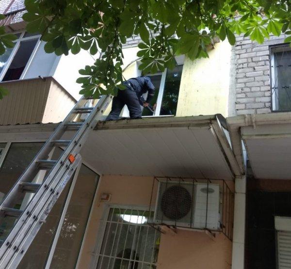 У Херсоні рятувальники визволили з балкону жінку