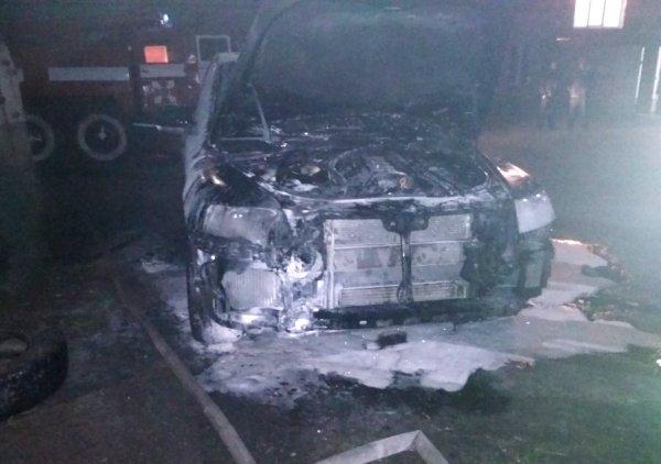 У Генічеську рятувальники гасили палаючий автомобіль