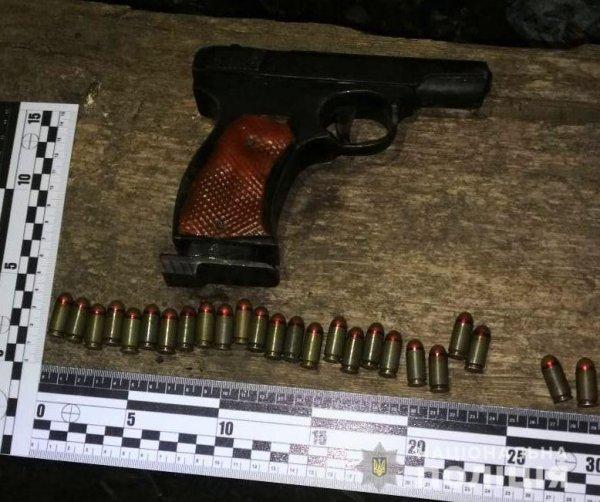 У жителя Білозерського району поліцейські вилучили пістолет з набоями