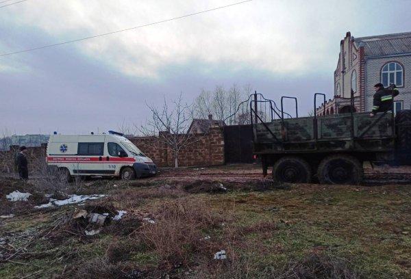 Херсонські рятувальники оперативно витягли з багнюки застряглу швидку з хворим