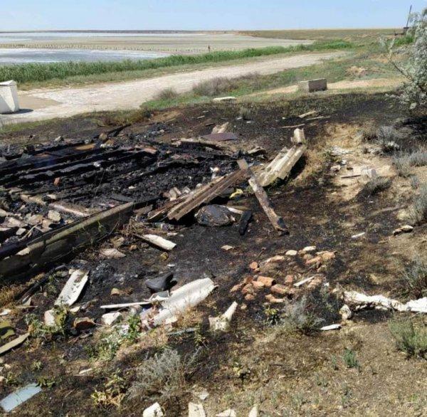 У Генічеську вогонь із сухої трави перекинувся на покинуту споруду