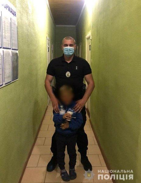 Поліцейські за 15 хвилин розшукали малюка, який загубився на набережній села Залізний Порт